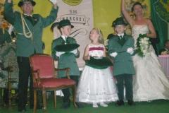 Neues Schützenkönigspaar S.M. Detlef I und Königin Nina (Kaiser) mit den Prinzen Philipp und Leon